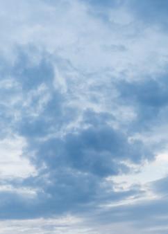 Драматическое небо с темными кучевыми облаками, вертикальный формат