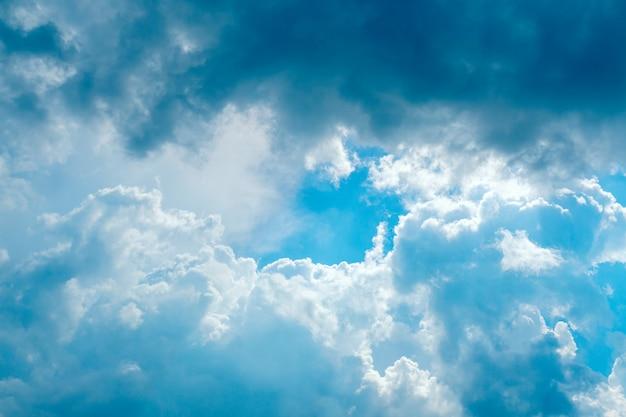 Резкое небо с серыми и белыми облаками с копией пространства