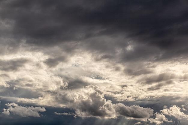 Драматическое небо с серыми облаками над городом перед бурей. погода до или после шторма.