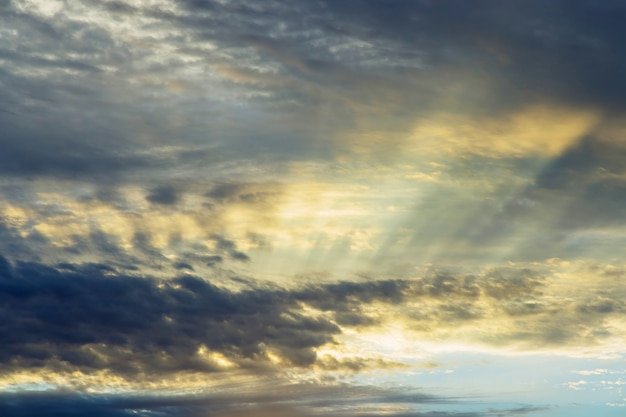 Драматический мягкий восход раннего утра, красивые розовые фиолетовые оранжевые облака на фоне голубого неба
