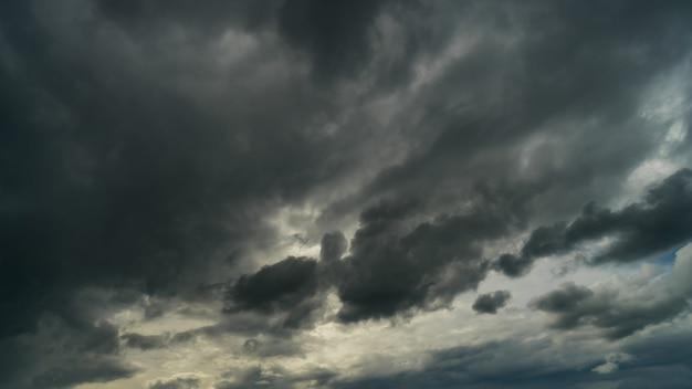 Драматические грозовые тучи на темном небе в сезон дождей
