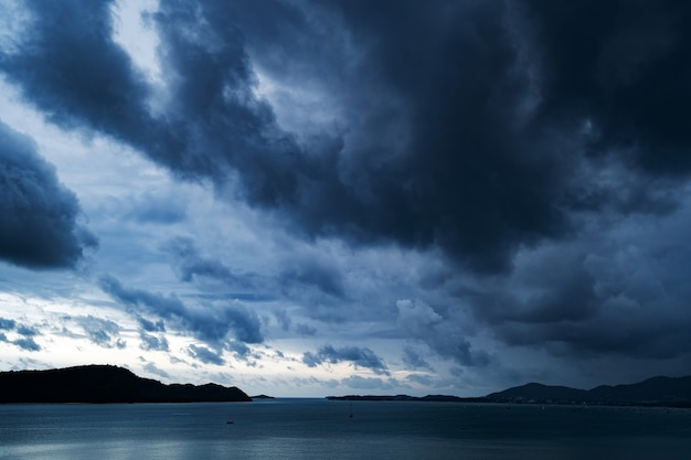 나쁜 날씨 날에 바다 위에 극적인 폭풍우 어두운 흐린 하늘 바다 자연 환경 개념 위에 구름 비가.