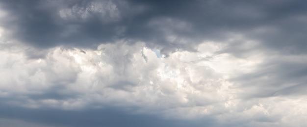 Драматическое грозовое небо с серыми облаками, плотно закрывающими небо.