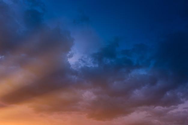 劇的な嵐の空 Premium写真