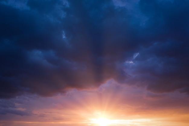 극적인 폭풍우 치는 하늘