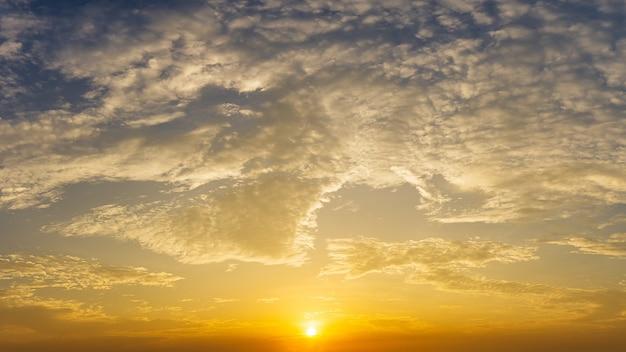 극적인 일출과 구름 하늘 자연 배경