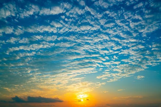 劇的な夕焼けと日の出の空美しい鮮やかな夕焼けまたは日の出秋の季節の空自然の背景環境に最適です。