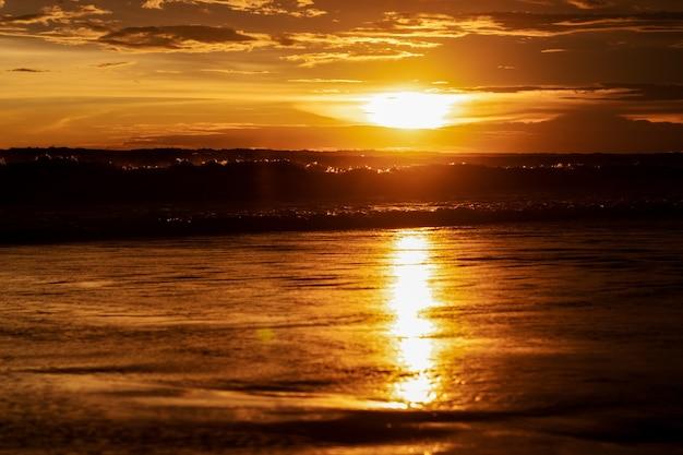 바다 해변에서 극적인 일몰 저녁 하늘