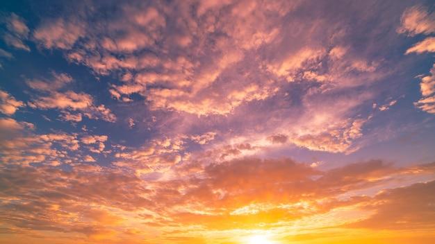 극적인 일몰 또는 일출 하늘 황혼에서 놀라운 다채로운 구름 자연의 아름 다운 빛 풍경 cloudscape입니다.