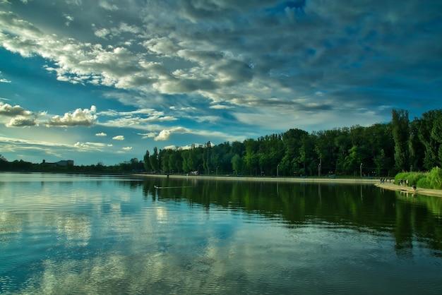 街の湖に沈む劇的な夕日