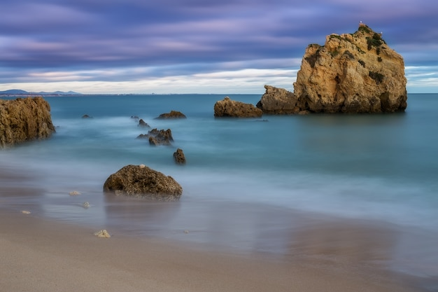 Драматический закат над морем. размытые волны и облака.