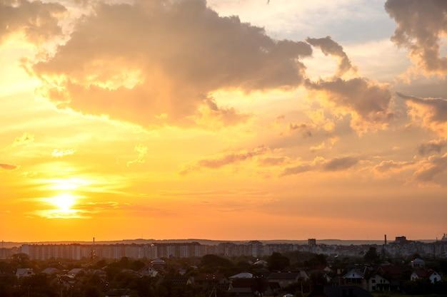 푹신한 구름과 오렌지 석양과 푸른 하늘에 의해 점화와 극적인 일몰 시골 풍경.
