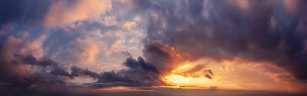 ゴールデンアワーの劇的な夕焼け空のパノラマ。