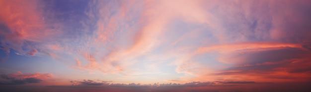 紫色の雲と劇的な夕焼け空のパノラマ。自然な空の背景。