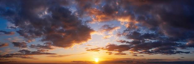 구름과 극적인 일몰 하늘입니다. 석양과 흐린 하늘의 아름 다운 자연 파노라마.