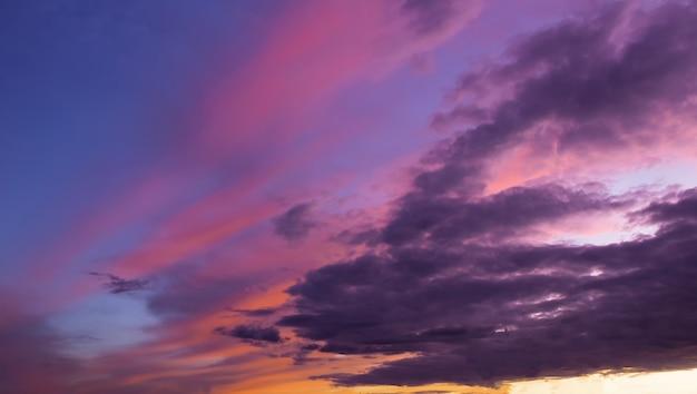 Драматическое закатное небо с облаками в золотой час.