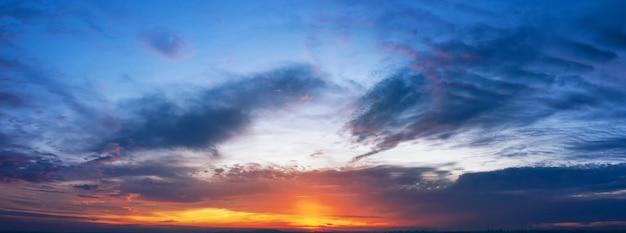 雲と劇的な夕焼け空。パノラマ。