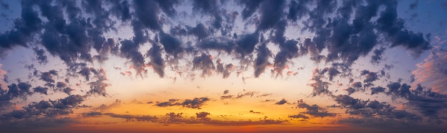솜털 구름과 극적인 일몰 하늘입니다. 황혼에 극적인 자연 cloudscape입니다.