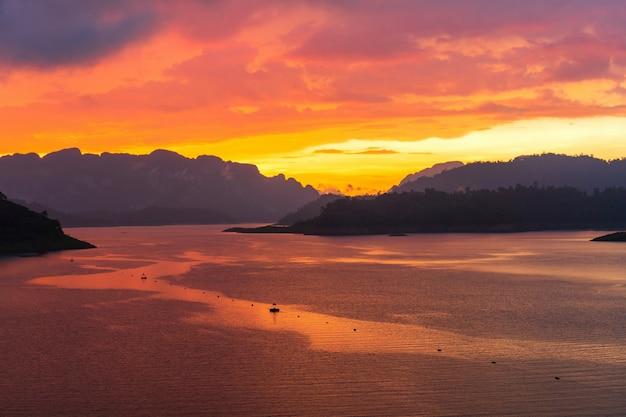 ダムの上面から見た薄明かりの空と雲のある劇的な夕日。カラフルな空のコンセプトの背景。コピースペース