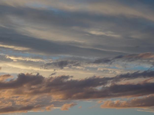 夕暮れの空と雲と劇的な夕日。自然の抽象的な構成