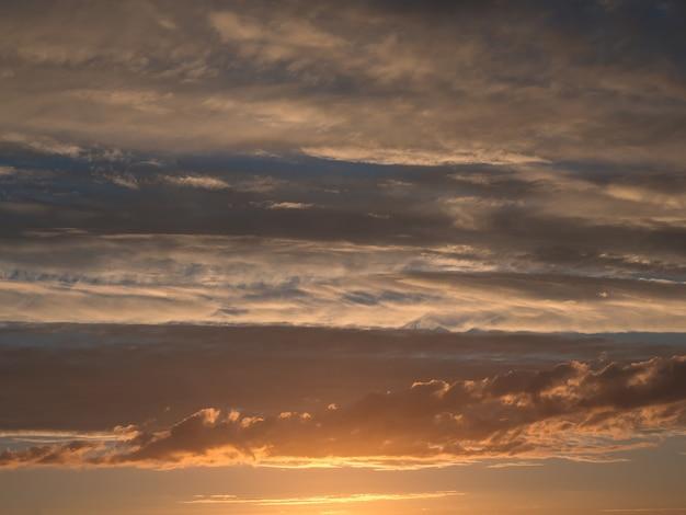 夕暮れの空と雲と劇的な夕日