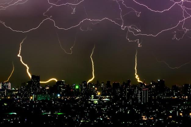 도시에서 밤에 극적인 천둥 폭풍