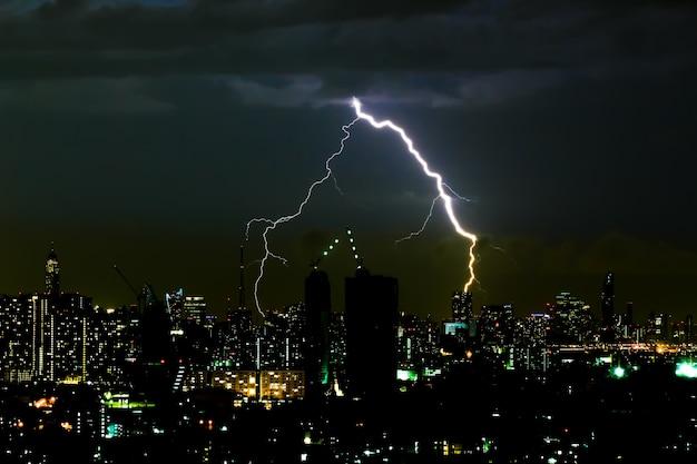 밤에 도시에서 극적인 천둥 폭풍