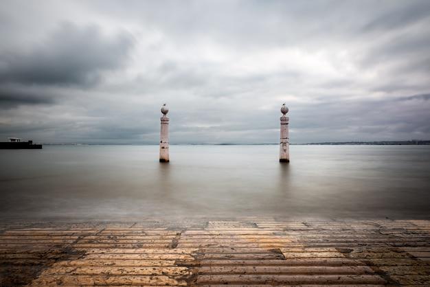 Драматический вид на мраморные ступени и колонны в cais das colunas в лиссабоне.