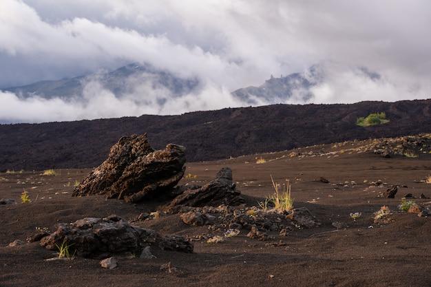Драматические виды вулканического пейзажа.