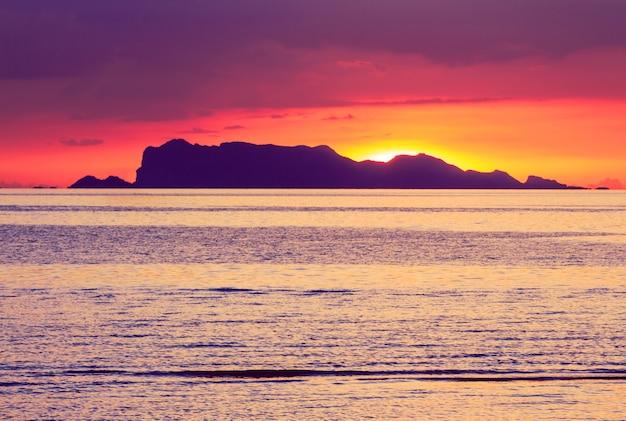 Драматический яркий закат тропическое море, небо и облака