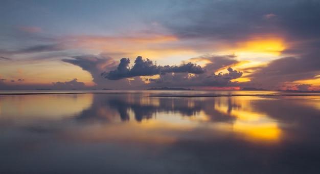 夕暮れ時の劇的な雲と空。長時間露光技術