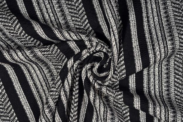 배경 질감으로 드레이프된 흑백 스트라이프 패브릭