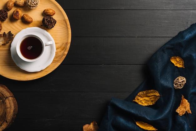 Драпировка и листья рядом с чаем