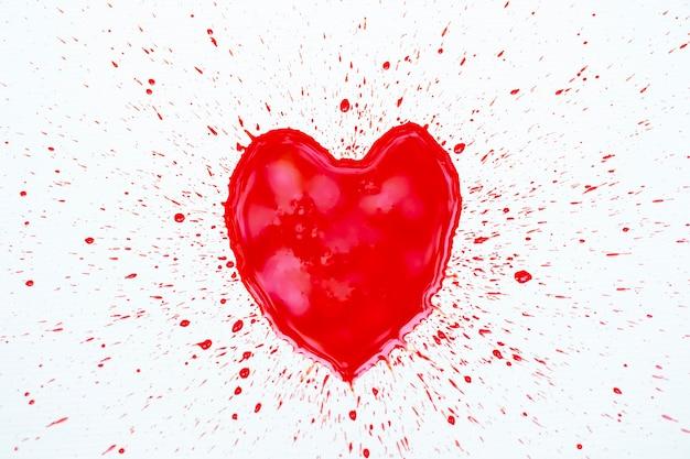 Нарисуйте форму сердца кровью на белом фоне