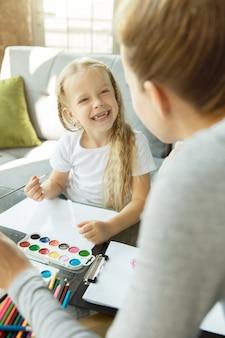 あなたの夢を描きます。女性の白人教師と小さな女の子、またはママと娘。