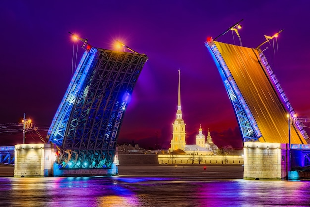 Подъемный дворцовый мост и петропавловская крепость. санкт-петербург. россия.