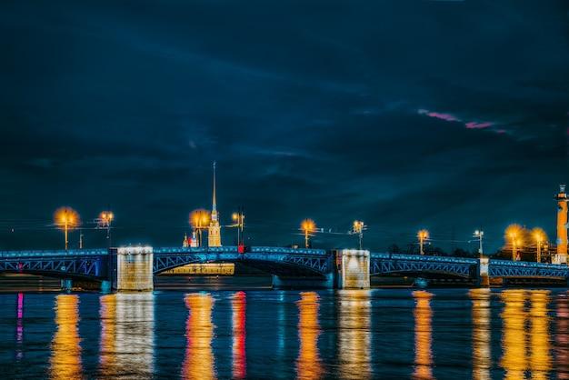 Подъемный мост дворцовый мост в ночное время. санкт-петербург. россия.