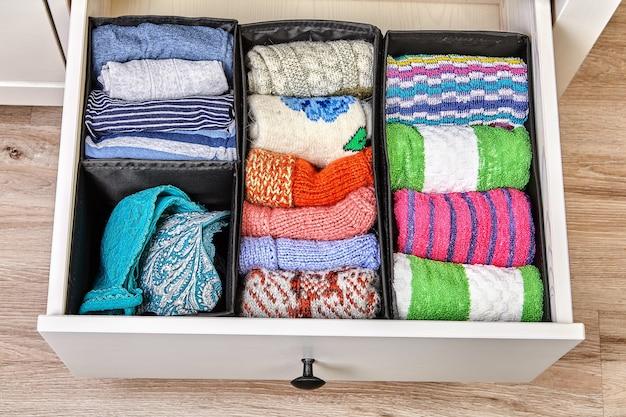 引き出しは、リネンと布地を別々に保管するために、さまざまなサイズのセルに分割されています。