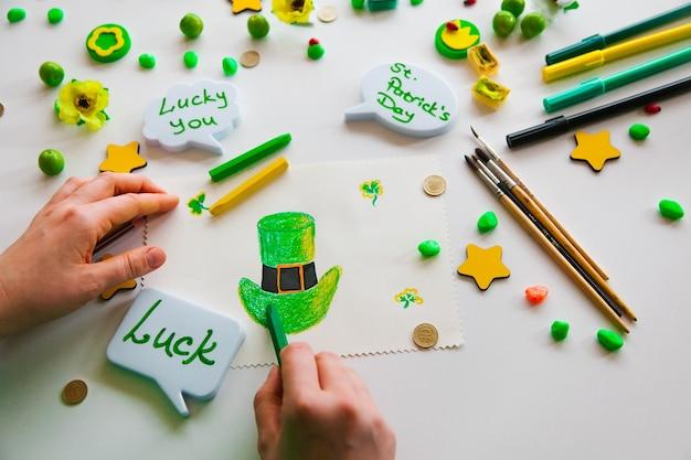 녹색 행운의 클로버 그리기 st. 패트릭. 녹색 배경. 성 패트릭의 날 개념