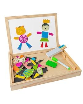 磁気形状の製図板。描画用のチョークと鉛筆。教育玩具モンテッソーリ3in1。白い背景。閉じる。