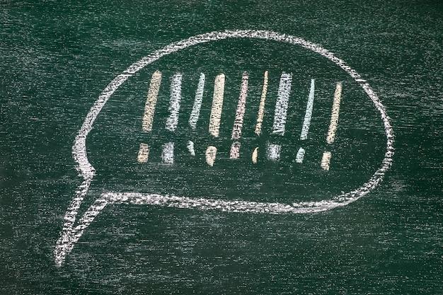 黒いボードの背景にビジネスコンセプトを描く。