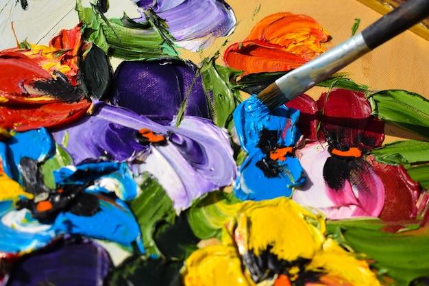 自然にアクリル絵の具で描く。アートをブラシとペイントします。クリエイティブな趣味。帆布の絵