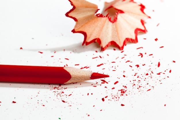 품질이 좋지 않은 일반 용지에 빨간색 연필로 그린 그림