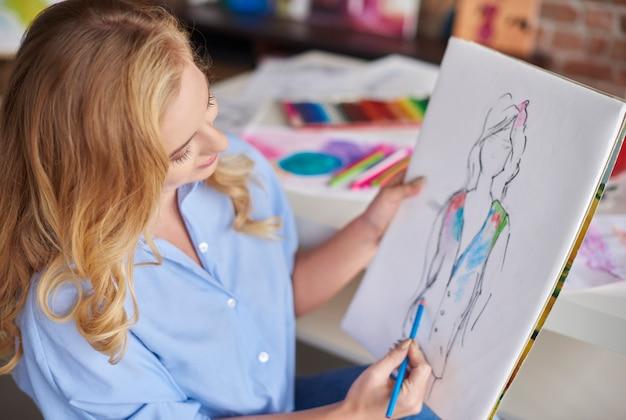 絵を描くことが彼女の最大の情熱です