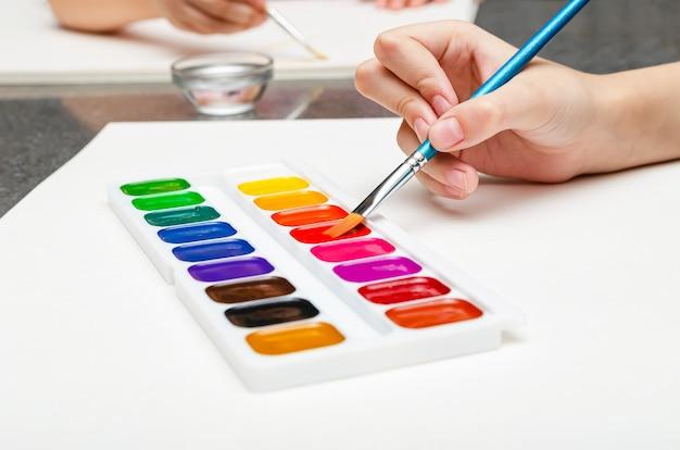 Урок рисования в детском саду. дети рисуют акварелью.