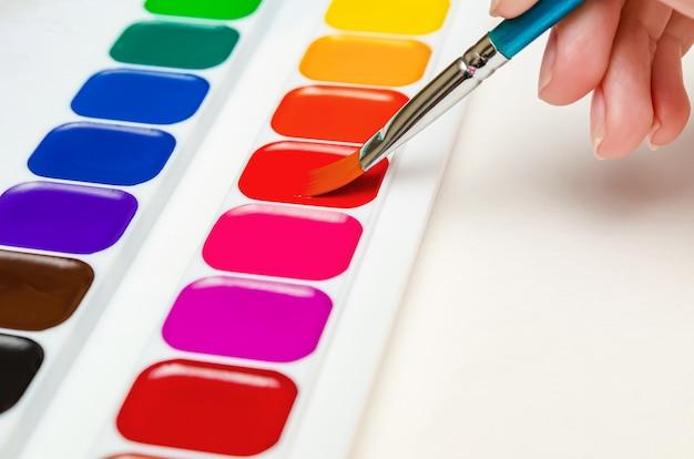 Урок рисования в детском саду. педагог рисует акварелью. урок рисования