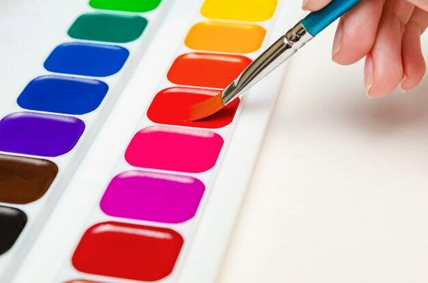 Урок рисования в детском саду. учитель рисования рисует акварелью. урок рисования