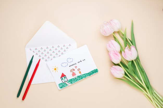 Disegno di madre e figlio con tulipani