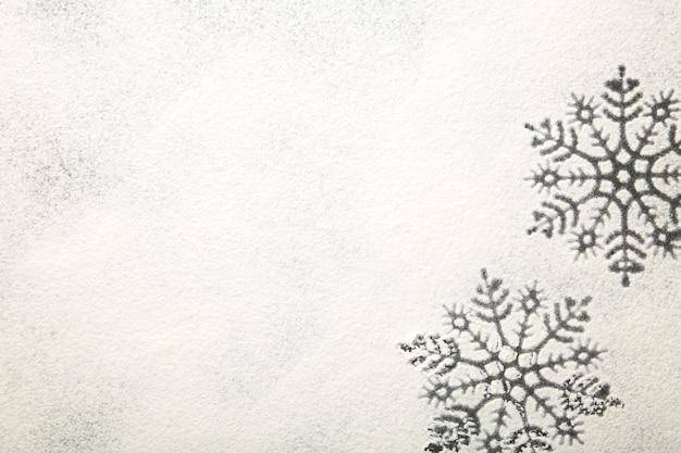 Рисунок снежинок на белой муке