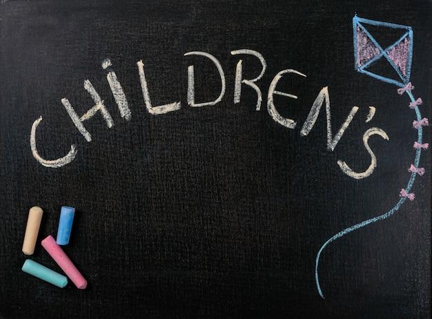 사포에 그리기. 어린이 날과 색 분필